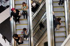 Consumidores, en las escaleras de un centro comercial en Los Angeles, Estados Unidos. 8 de noviembre de 2013. La confianza del consumidor en Estados Unidos cayó desde un máximo de 13 años a principios de febrero, probablemente porque se desvaneció la euforia por la victoria electoral de Donald Trump, pero siguió los suficientemente fuerte como para sugerir que los consumidores continuarán impulsando la economía. REUTERS/David McNew/