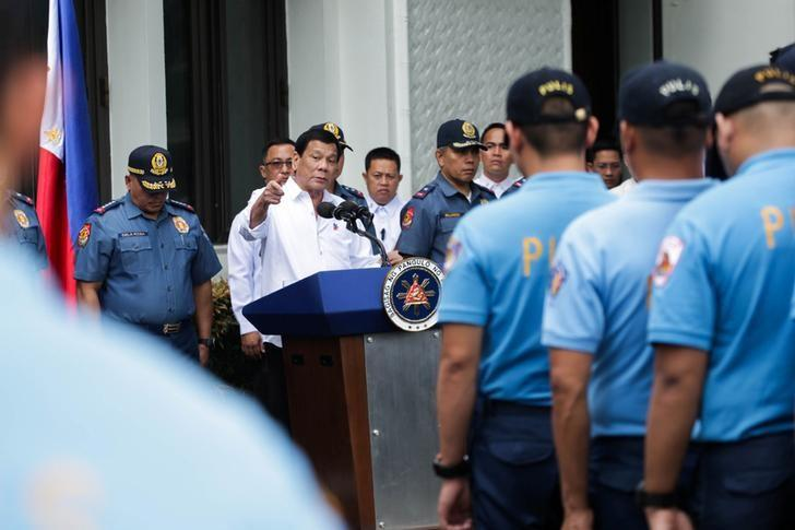 Philippine President Rodrigo Duterte speaks while talking to police officers who are under investigation for various infractions during a meeting at the Malacanang presidential palace in metro Manila, Philippines February 7, 2017.    Malacanang Photo/Handout via Reuters