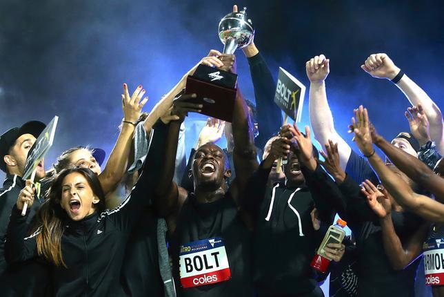 2月11日、五輪通算8個の金メダルを誇る陸上男子のウサイン・ボルト(中央)は、メルボルンで開幕した新たな団体対抗戦「ニトロ・アスレチックス」で自身が主将を務めるチーム、「ボルトオールスターズ」を優勝に導いた(2017年 ロイター/Hamish Blair)