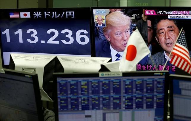 2月13日、今週の外為市場でドル/円は底堅く推移しそうだ。10日の日米首脳会談は友好ムードのなか無難に通過したとの見方が多く、市場の関心は、イエレン米FRB議長が週半ばの議会証言で利上げに前向きな姿勢を示すかどうかに向かっている。都内で8日撮影(2017年 ロイター/Kim Kyung-Hoon)