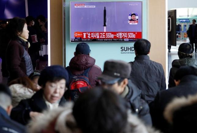 2月13日、韓国の企画財政省は、北朝鮮のミサイル発射を受けて、金融市場でボラティリティーが急上昇したり通常とは異なる兆候が確認されたりした場合、「迅速に断固たる」行動を取ると表明した。写真はソウル市内でテレビに北朝鮮のミサイル発射のニュースが放映されている様子(2017年 ロイター/Kim Hong-Ji)