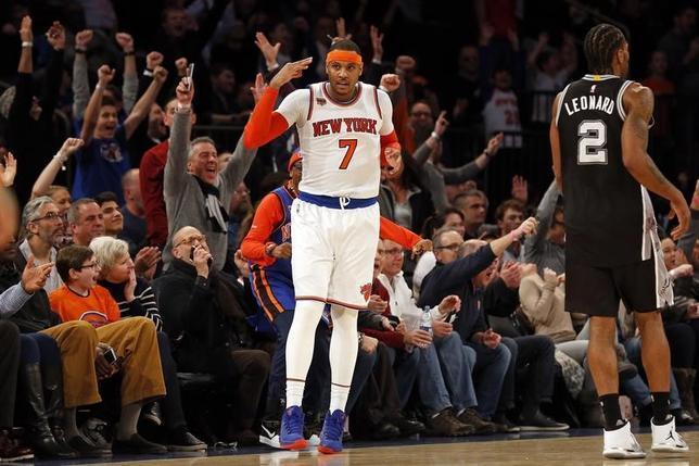 2月12日、米プロバスケットボール協会(NBA)は各地で試合を行い、スパーズ─ニックスは94─90でニックスが勝利した。写真中央は25得点7リバウンドの活躍を見せたカーメロ・アンソニー(2017年 ロイター/Adam Hunger-USA TODAY Sports)