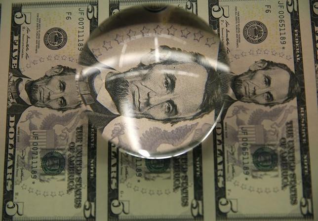 2月13日、正午のドル/円は、前週末ニューヨーク市場午後5時時点と比べ、ドル高/円安の113.98/00円だった。写真はワシントンで2015年3月撮影(2017年 ロイター/Gary Cameron)