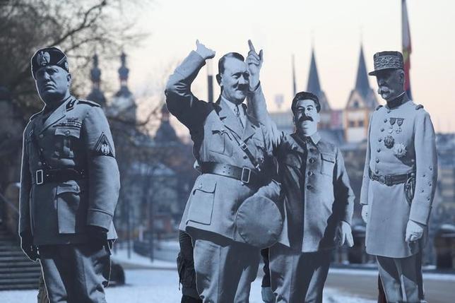 2月11日、オーストリア当局は、ナチス・ドイツを率いた独裁者アドルフ・ヒトラーの生誕地に、ひげや髪型、服装などヒトラーそっくりに装った男が出没しているとの報告が相次いだため調査している。写真は先月21日撮影、独コブレンツでの欧州右派指導者会合に反対して建てられた、段ボール製の独裁者らの等身大看板(2017年 ロイター/Kai Pfaffenbach)