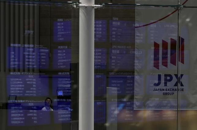 2月13日、東京株式市場で日経平均は続伸した。10日の日米首脳会談は無難通過となり市場に安心感が広がった。取引時間中としては1月5日以来、1カ月ぶりの水準となる1万9500円台を寄り付きで回復したが、その後は戻り待ちの売りが出て伸び悩んだ。写真は東京証券取引所で2015年8月撮影(2017年 ロイター/Yuya Shino)