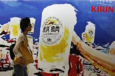 Le brasseur japonais Kirin a annoncé lundi qu'il céderait ses activités brésiliennes à Bavaria, une filiale du néerlandais Heineken, pour 2,2 milliards de reals (664 millions d'euros). La filiale brésilienne de Kirin, baptisée Brasil Kirin, exploite 12 brasseries dans le pays et a été créée en 2011. /Photo d'archives/REUTERS/Yuriko Nakao
