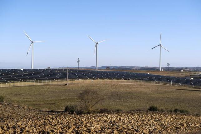 2月10日、欧州電気事業者連盟のクリスチャン・ルビー事務局長は、トランプ米大統領が米国の気候変動に対する目標を下げたとしても、欧州の電力各社が再生可能エネルギーへの投資を減らすことはないとの見方を示した。写真はフランスで2015年10月撮影(2017年 ロイター/Fred Lancelot)