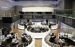 Les principales Bourses européennes ont ouvert en hausse lundi. À Paris, l'indice CAC 40 avance de 0,61% à 4.857,89 points vers 08h45 GMT. À Francfort, le Dax prend 0,42% et à Londres, le FTSE s'octroie 0,14%. /Photo d'archives/REUTERS