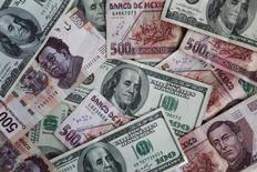 Pesos mexicanos y dólares revueltos en una ilustración fotográfica realizada en Ciudad de México, nov 3, 2016. La apreciación de las principales monedas regionales podría continuar esta semana, ayudada por el alza en los precios de materias primas clave para naciones exportadoras y tras un ajuste monetario en México, aunque un eventual anuncio de reforma tributaria en Estados Unidos impulsaría al dólar.  REUTERS/Edgard Garrido