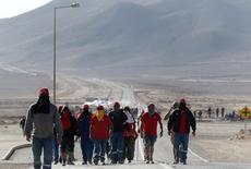 Trabajadores de la minera Escondida de BHP Billiton se reúnen fuera de la entrada de la compañía durante la huelga, en Antofagasta, Chile. 10 de febrero 2017.La huelga de trabajadores de Escondida en Chile, el mayor yacimiento mundial de cobre, llegó el lunes a su quinto día sin que las partes muestren señales de acercamiento para lograr una pronta solución al conflicto, que ha obligado a la firma a declarar fuerza mayor en sus despachos. REUTERS/Juan Ricardo EDITORIAL USE ONLY. NO RESALES. NO ARCHIVE