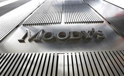 """El """"sólido crecimiento económico"""" de España en 2017 cimentará unos buenos resultados de las titulizaciones y las cédulas hipotecarias, según un informe de la agencia de calificación Moody's publicado el lunes que confirma las buenas previsiones a corto plazo para este segmento financiero. En la imagen, un logo de Moody's en la sede del grupo en Nueva York, 6 de febrero de 2013. REUTERS/Brendan McDermid"""