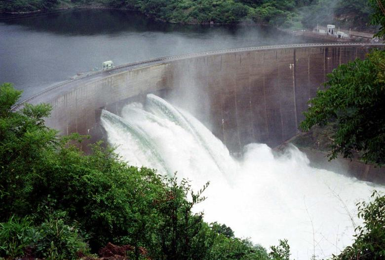 FILE PHOTO: The Kariba Dam wall on the Zambezi river is seen with three flood gates open, in Karibe, Zimbabwe February 26, 2000. REUTERS/Stringer/File Photo