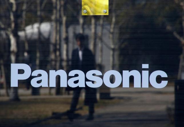 2月14日、パナソニックのパナホーム 完全子会社化に関し、パナホームの価値が正確に反映されていないとの指摘が複数の投資家から上がっている。写真のパナソニック・ロゴは都内のパナソニック・センターで2日撮影(2017年 ロイター/Kim Kyung-Hoon)
