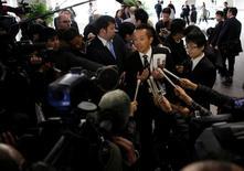 Le porte-parole de Toshiba Corp parle aux médias à propos du report de l'annonce des résultats de la société. Toshiba a annoncé mardi avoir demandé aux régulateurs de pouvoir repousser d'un mois l'annonce de ses résultats, qui doivent notamment contenir le très attendu montant des dépréciations d'actifs que le groupe prévoit de passer sur ses activités nucléaires aux Etats-Unis. /Photo prise le 14 février 2017/REUTERS/Toru Hanai