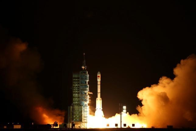 2月14日、中国は、2022年までに独自の有人宇宙ステーション建設を目指す計画の一環として、初の宇宙貨物船「天舟1号」を4月に打ち上げる計画だ。共産党機関紙、人民日報が14日、1面で報じた。写真は「天舟1号」がドッキングする予定の、無人宇宙実験室「天宮2号」の打ち上げの瞬間。酒泉衛星発射センターで昨年9月撮影。チャイナ・デイリー提供写真(2017年 ロイター)