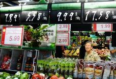 Покупательница в супермаркете города Ханчжоу, Китай. Инфляция цен производителей в Китае ускорилась сильнее, чем ожидалось, в январе, достигнув максимальных темпов за последние шесть лет благодаря бурному росту цен на сталь и другие сырьевые товары, укрепившему мнение о том, что глобальная производственная активность набирает силу.   China Daily/via REUTERS