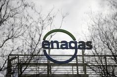 Tras unos resultados anuales que cumplieron en general con lo que esperaba el mercado, Enagás  dijo el martes que espera que sus beneficios crezcan entre el 3 y el 4 por ciento en media anual hasta 2020 y se comprometió a seguir incrementando los dividendos a razón del 5 por ciento anual. En la imagen de archivo, el logo de Enagás en su sede de Madrid, el 18 de marzo de 2016. REUTERS/Andrea Comas