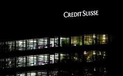 Credit Suisse a annoncé mardi une perte de 2,44 milliards de francs suisses (2,3 milliards d'euros) au titre de 2016, la deuxième banque helvétique affichant ainsi des comptes dans le rouge pour le deuxième exercice de suite en raison essentiellement d'une grosse amende aux Etats-Unis. /Photo prise le 18 janvier 2017/REUTERS/Arnd Wiegmann
