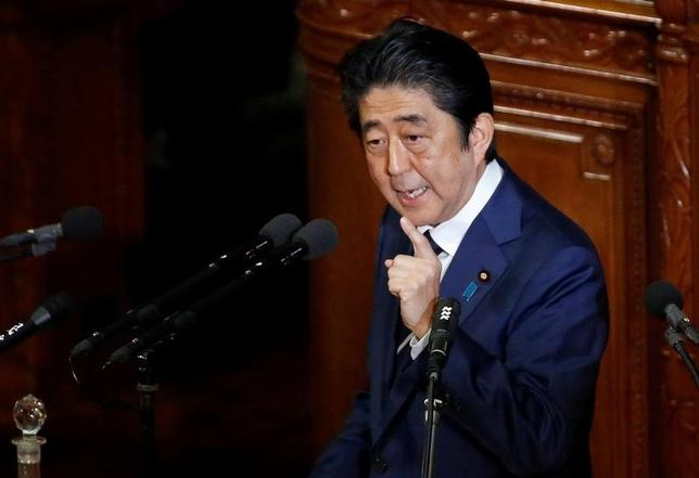 2月14日、安倍晋三首相は衆院予算委員会で、さらなる法人税率の引き下げについて、高水準の収益を活用した企業の積極的な賃上げや設備投資が前提になるとの認識を示した。1月撮影(2017年 ロイター/Toru Hanai)