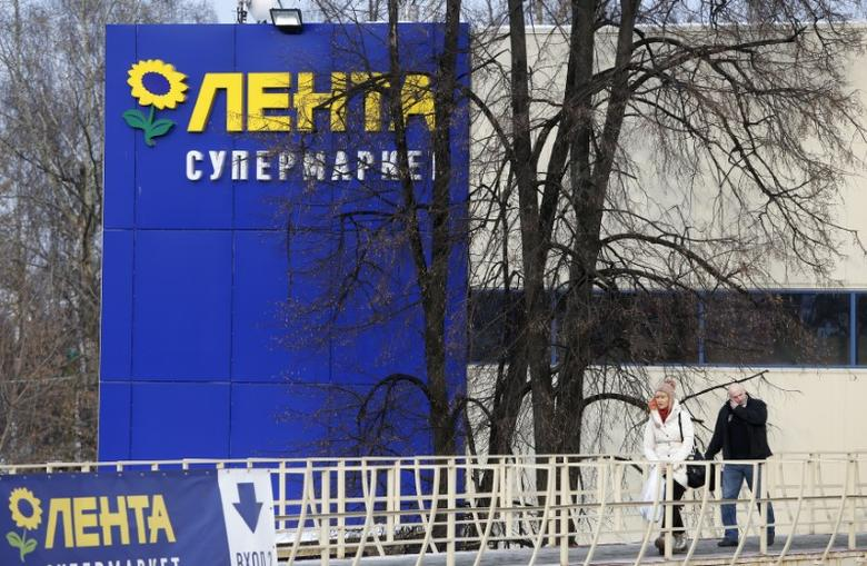 People walk out of a Lenta supermarket in Moscow, February 3, 2014. REUTERS/Maxim Shemetov