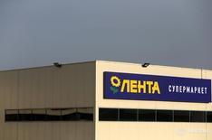 Супермаркет Лента в Москве 3 февраля 2014 года. Российский ритейлер Лента может провести размещение своих акций на рынке в ближайшее время, в результате которого её крупнейший акционер - американская TPG - планирует снизить свою долю, сказали Рейтер несколько банковских источников. REUTERS/Maxim Shemetov/Files