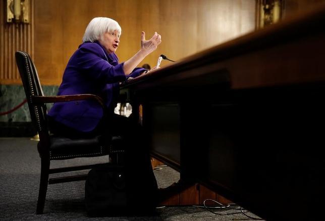 2月14日、終盤のニューヨーク外為市場では、ドルが主要通貨に対して上昇した。イエレンFRB議長の議会証言(写真)を受け、利上げペースが予想より加速するとの観測が広がった(2017年 ロイター/Joshua Roberts)