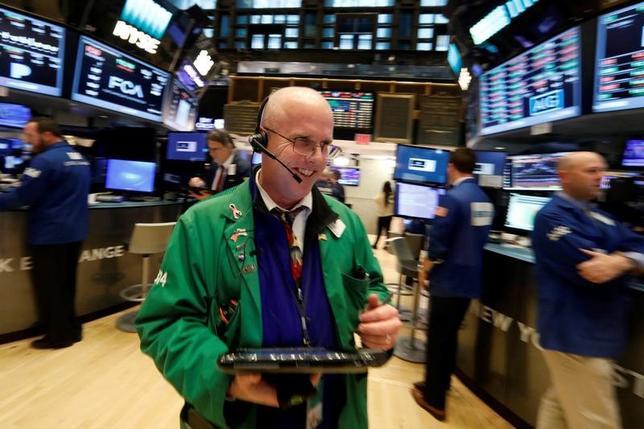 2月14日、米国株式市場は、主要3指数が終値としての過去最高値を更新した。米連邦準備理事会(FRB)のイエレン議長が利上げを待ち過ぎることは賢明ではないとの見解を示したことを受け、銀行株が買われた。ニューヨーク証券取引所で7日撮影(2017年 ロイター/Brendan McDermid)