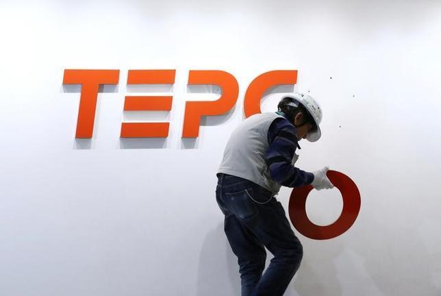 2月15日、2011年の福島第1原発事故以降、東京電力グループとして初めて社債を発行する東京電力パワーグリッド(PG)は、発行に必要な有価証券届出書を関東財務局に提出した。写真は東電のロゴ、昨年3月代表撮影(2017年 ロイター/Masayuki Terazawa)