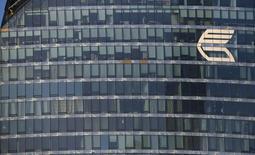 Логотип ВТБ на здании в Москве 20 ноября 2014 года. Российские власти предлагают продавать акции ВТБ только в том случае, если Центробанк пойдёт на снижение своей доли в крупнейшем госбанке - Сбербанке, сказал замминистра финансов Алексей Моисеев. REUTERS/Maxim Zmeyev