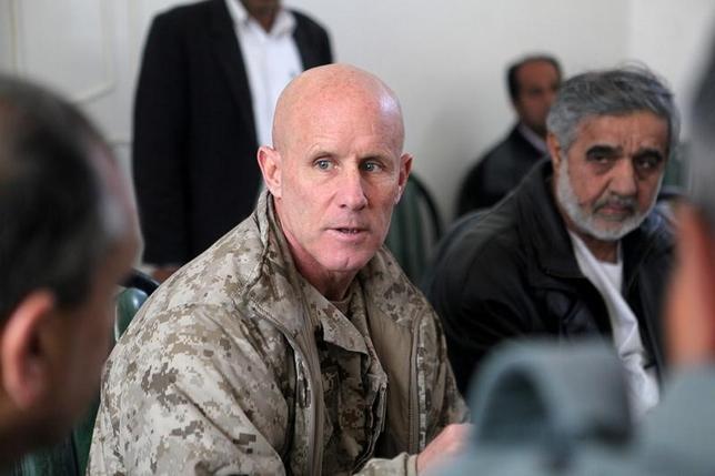 2月15日、トランプ米政権は、辞任したフリン前米大統領補佐官の後任として、中央軍副司令官を務めたロバート・ハワード氏(写真)に就任を打診した。アフガニスタンで撮影。2011年1月提供写真(2017年 ロイター/Sgt. Shawn Coolman/U.S. Marines/Handout via REUTERS)