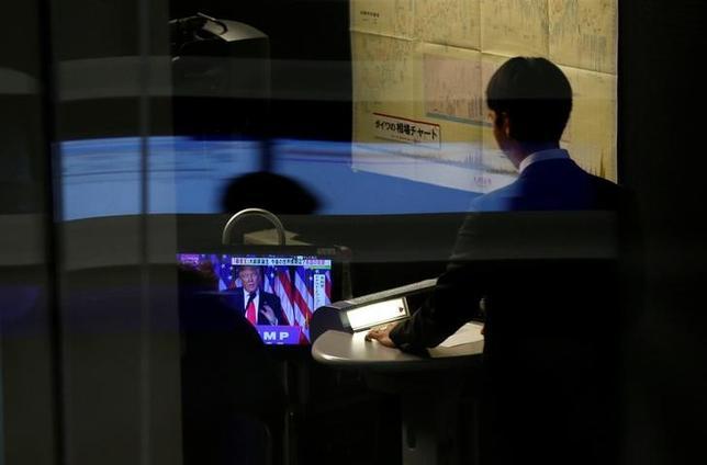 2月16日、寄り付きの東京株式市場で、日経平均は前日比6円37銭安の1万9431円61銭となり、反落して始まった。写真は東証で昨年11月撮影(2017年 ロイター/Toru Hanai)