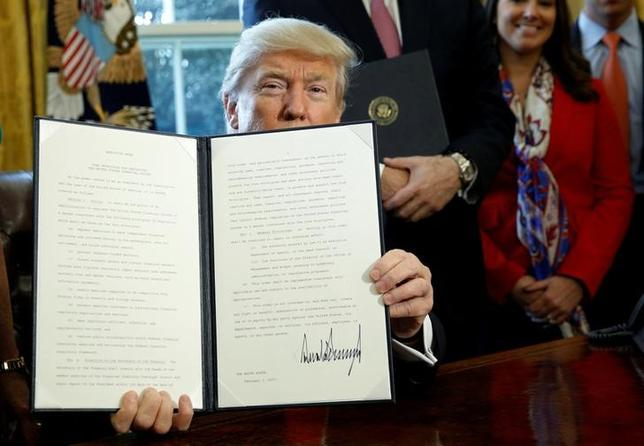 2月15日、複数の関係筋が明らかにしたところによると、トランプ米大統領は、環境保護局(EPA)改革に向けた複数の大統領令を準備している。写真は3日撮影(2017年 ロイター/Kevin Lamarque)