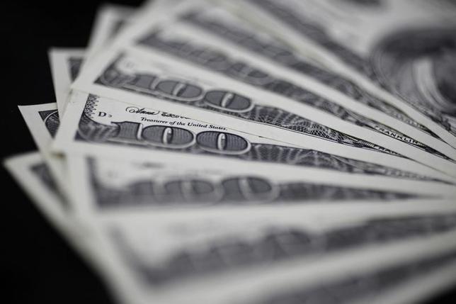 2月16日、正午のドル/円は、前日ニューヨーク市場午後5時時点と比べ、ドル安/円高の113.87/89円だった。写真は都内で2011年8月撮影(2017年 ロイター/Yuriko Nakao)