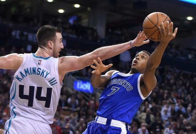 2月15日、NBAのラプターズはホーネッツを90─85で退けた。カイル・ラウリー(右)は21得点(2017年 ロイター/Dan Hamilton-USA TODAY Sports)