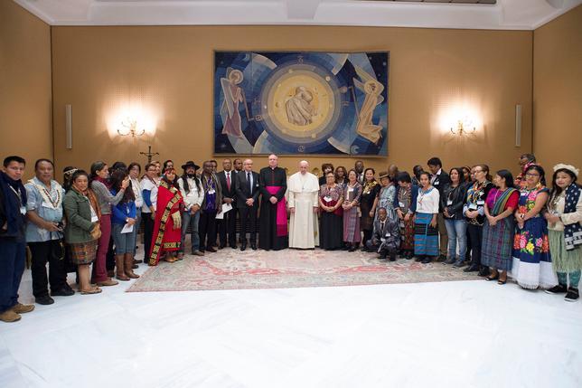 2月15日、ローマ法王フランシスコは米国でダコタ・アクセス・パイプラインの一部敷設・操業に反対している先住民を擁護し、先住文化には「先祖代々の大地とのつながり」を擁護する権利があると述べた。ローマで行われた先住民関連のフォーラムで述べた 。提供写真(2017年 ロイター/Osservatore Romano)