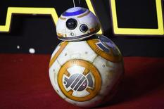 """El androide BB-8 en el estreno de """"El Despertar de la Fuerza"""" en Londres, dic 16, 2015. Walt Disney Co y grandes cadenas minoristas lanzarán los juguetes de """"The Last Jedi"""", la nueva película de la saga """"La Guerra de las Galaxias"""", en un evento en la medianoche del 1 de septiembre, semanas antes del estreno del filme, dijeron ejecutivos de la compañía a Reuters.    REUTERS/Paul Hackett"""