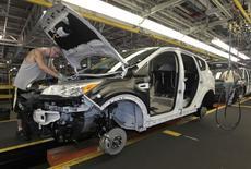 Imagen de archivo de un trabajador en la línea de producción de Ford en Louisville, EEUU, jun 13, 2012. El representante de los trabajadores del sector automotor de Estados Unidos dijo el jueves que el grupo aumentará los esfuerzos para convencer a los consumidores del país que no compren vehículos armados en otros países, incluyendo a los vendidos en Detroit.   REUTERS/John Sommers II/File Photo