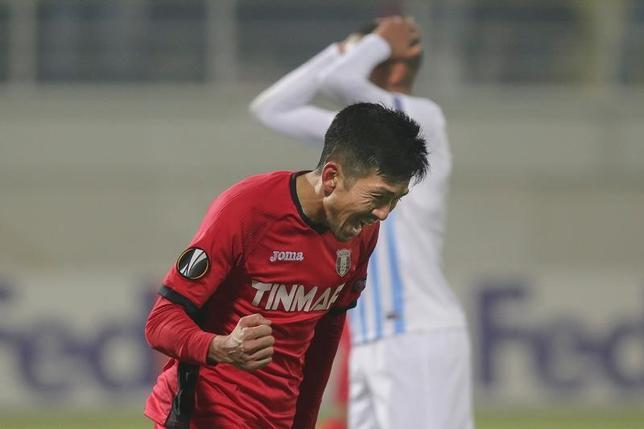 2月16日、サッカーの欧州リーグは各地で32強の第1戦を行い、瀬戸貴幸(写真)が所属するアストラ(ルーマニア)はヘンク(ベルギー)と2─2で引き分けた。瀬戸はフル出場して後半45分に同点ゴールを決めた(2017年 ロイター/Inquam Photos/Octav Ganea)