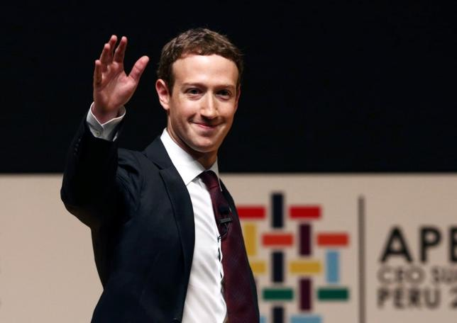 Facebook founder Mark Zuckerberg waves to the audience during a meeting of the APEC (Asia-Pacific Economic Cooperation) Ceo Summit in Lima, Peru, November 19, 2016. REUTERS/Mariana Bazo