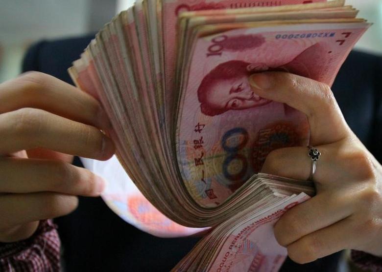 资料图为南京一家银行的雇员在清点人民币纸币。REUTERS/Stringer