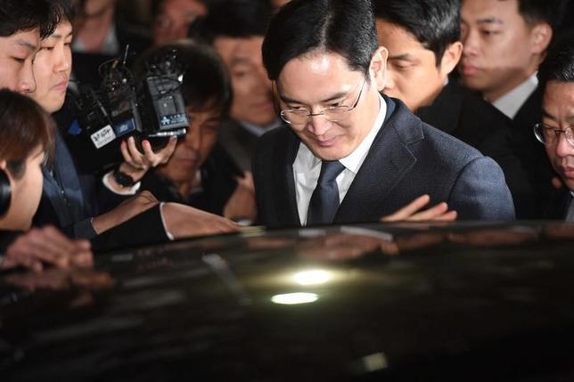 2月17日、韓国の朴槿恵大統領の親友、崔順実被告らをめぐる疑惑を調べている特別検察官チームは17日、贈賄容疑などでサムスン電子副会長の李在鎔容疑者(写真中央)を逮捕した。ソウルで16日撮影(2017年 ロイター)