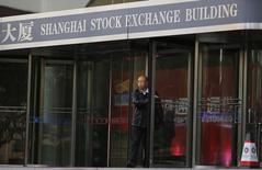 Здание фондовой биржи Шанхая. Китайские фондовые индексы снизились к концу торгов пятницы, поскольку инвесторы распродавали акции брокерских фирм и бумаги недавно зарегистрированных на бирже компаний, нивелировав большую часть сформированного за эту неделю роста. REUTERS/Carlos Barria  (CHINA - Tags: BUSINESS)