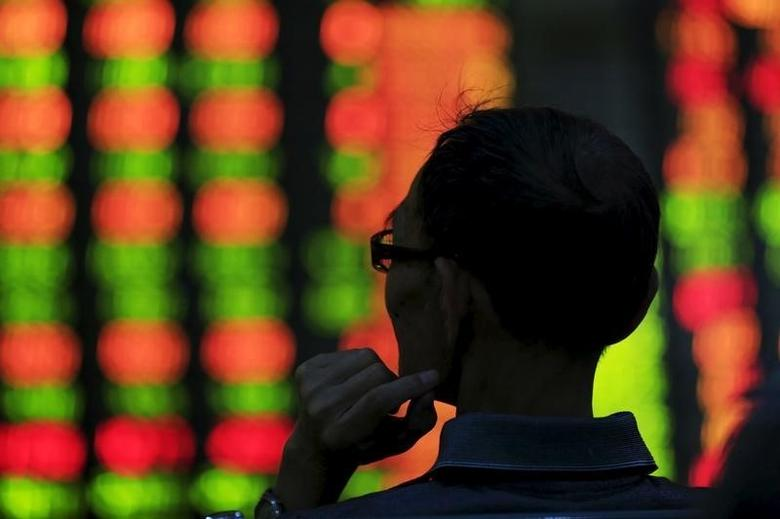 2015年8月资料图,上海一家券商营业部内大屏幕前的一名股民。REUTERS/Aly Song