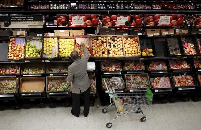 2月17日、英国立統計局(ONS)が発表した1月の小売売上高指数は前月比0.3%低下し、予想外のマイナスとなった。ロンドンのスーパーで2015年8月撮影(2017年 ロイター/Suzanne Plunkett)