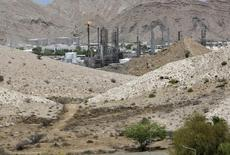 صورة من أرشيف رويترز لمنشأة نفطية في عمان.