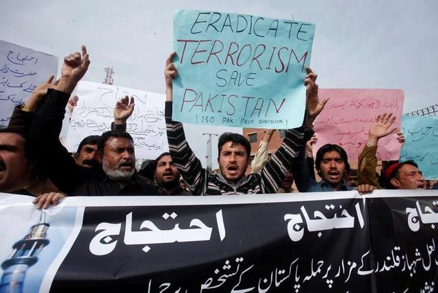Protesters hold placards and chant slogans against the recent bomb blasts in various parts of Pakistan during a protest in Peshawar, Pakistan February 17, 2017.  REUTERS/Fayaz Aziz