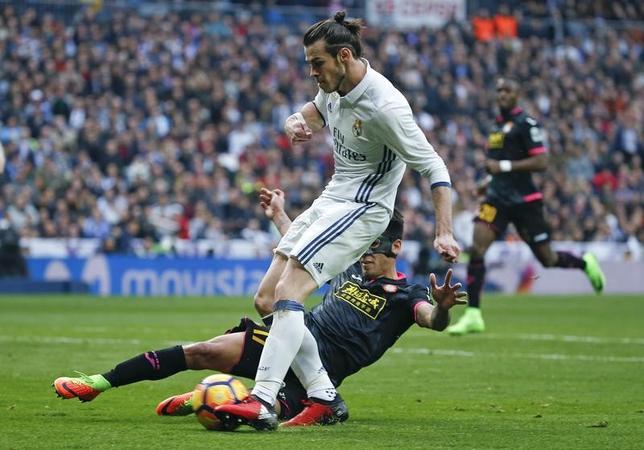 2月18日、サッカーのスペイン1部、レアル・マドリードはホームでエスパニョールに2─0で快勝。故障から復帰のガレス・ベイル(手前)がゴールを決めた(2017年 ロイター/Javier Barbancho)