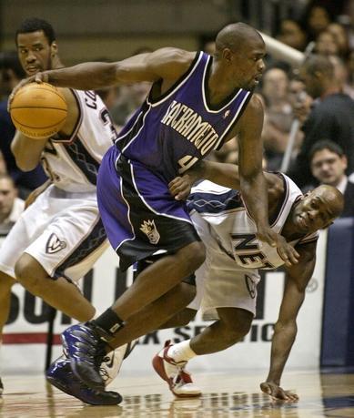 2月18日、米バスケットボール殿堂はことしの殿堂入り最終候補14人を発表。NBAオールスター選出5回のクリス・ウェバー(中央)らが名を連ねた。ニュージャージー州イーストラザフォードで2005年2月撮影(2017年 ロイター/Ray Stubblebine)
