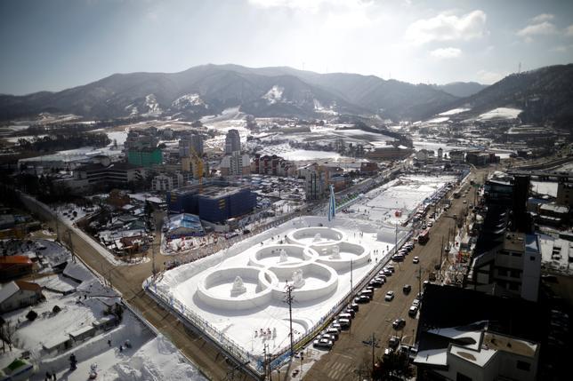 2月18日、北朝鮮は来年の平昌冬季五輪に選手団を派遣するという。北朝鮮のIOC委員が明かした。写真は五輪マークの氷の彫刻。韓国の平昌で10日撮影(2017年 ロイター/Kim Hong-Ji)