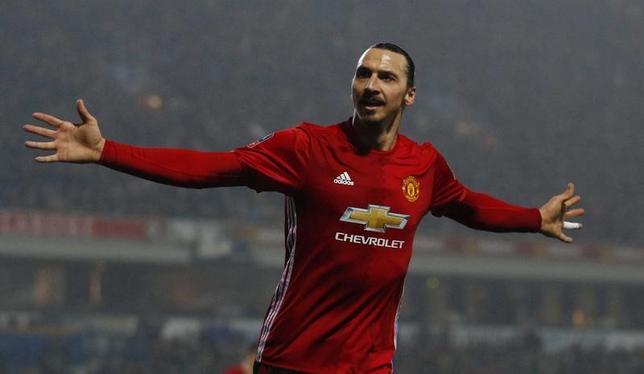 2月19日、サッカーのイングランド協会カップ(FA杯)5回戦、前回王者マンチェスター・ユナイテッド(マンU)はブラックバーンを2─1で下した。写真は決勝点を決めたズラタン・イブラヒモビッチ(2017年 ロイター)